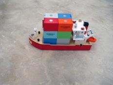 (8) Une maquette de bateau chargée de résidus des travaux en offrande pour porter chance à l'artiste comme à la galerie...