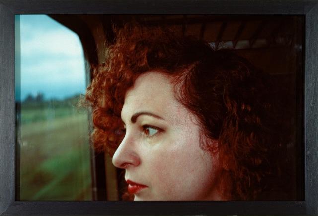 """Nan Goldin """"Self-portrait on the train"""" 1992, photographie cibachrome 76x100cm, Bordeaux musée d'Art Contemporain."""